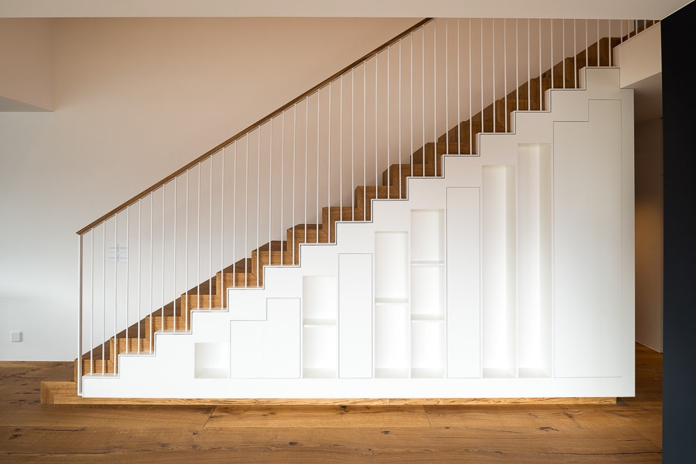 Treppe in Eiche mit integriertem Schrank.